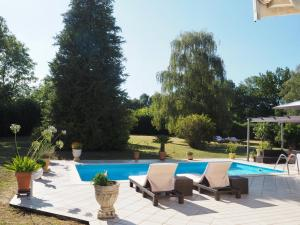 The swimming pool at or close to Le Gîte de Pawel