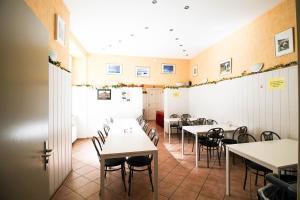 Ein Restaurant oder anderes Speiselokal in der Unterkunft Kolo 77