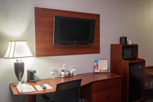 A television and/or entertainment center at Parke Regency Hotel & Conf Ctr., BW Signature Collection