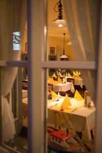 Ein Restaurant oder anderes Speiselokal in der Unterkunft Gasthaus zum Löwen - Restaurant Akropolis