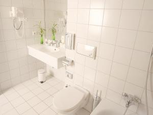 A bathroom at Transmar Travel Hotel