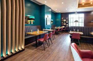 A restaurant or other place to eat at Sandman Signature London Gatwick