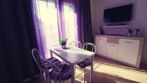 Telewizja i/lub zestaw kina domowego w obiekcie Apartamenty na pięterku