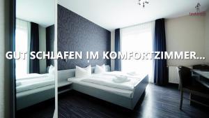 A bed or beds in a room at Hotel Landsknecht