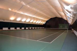 Теннис и/или сквош на территории Олимп Отель или поблизости