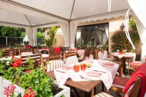 A restaurant or other place to eat at Hôtel Restaurant Au Relais D'Alsace