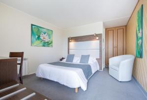 A bed or beds in a room at Hôtel Restaurant Au Relais D'Alsace