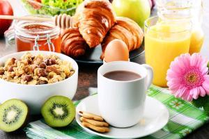 Breakfast options available to guests at Hôtel Restaurant Au Relais D'Alsace