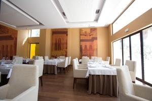 A restaurant or other place to eat at M.A. Hotel Sevilla Congresos