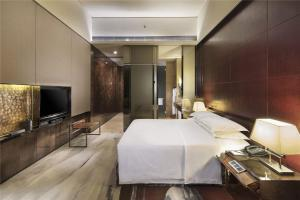 A bed or beds in a room at Hilton Guangzhou Tianhe