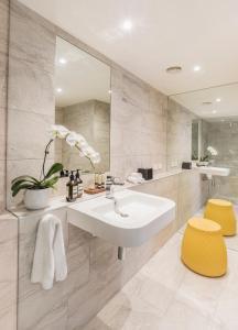 A bathroom at Quay West Suites Melbourne