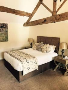 A bed or beds in a room at Slaters Country Inn