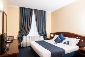 A bed or beds in a room at Mercure Genova San Biagio