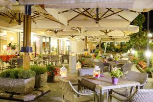 A restaurant or other place to eat at Mercure Genova San Biagio