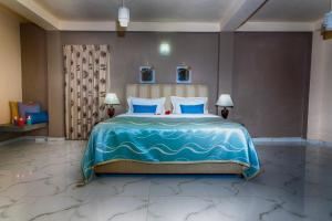 A bed or beds in a room at Villa Lemon Court