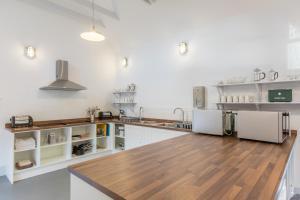 A kitchen or kitchenette at The Sail Loft