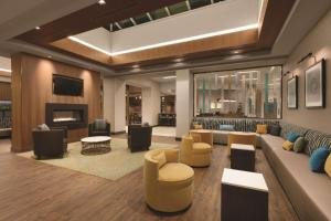 The lounge or bar area at Hyatt Place Washington DC/Georgetown/West End