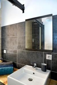 A bathroom at Le Phoceen