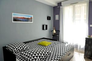 A bed or beds in a room at Le Phoceen