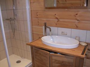 A bathroom at Chambres d'hôtes la Ferme du Canard Argenté