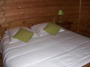 A bed or beds in a room at Chambres d'hôtes la Ferme du Canard Argenté