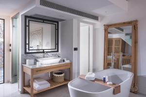 A bathroom at Abaton Island Resort & Spa