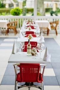 Ein Restaurant oder anderes Speiselokal in der Unterkunft Dworek Hetmanski