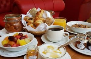 Breakfast options available to guests at Courthouse Hotel London