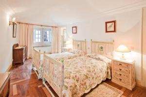 A bed or beds in a room at Quinta de Sao Thiago