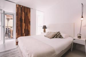 A bed or beds in a room at Santa Bica Eat Drink & Sleep