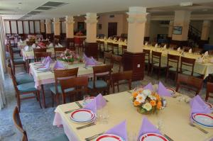 A restaurant or other place to eat at Hotel Makpetrol Mavrovo