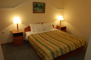A bed or beds in a room at Hotel Makpetrol Mavrovo