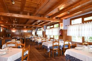 A restaurant or other place to eat at RVHotels Orri