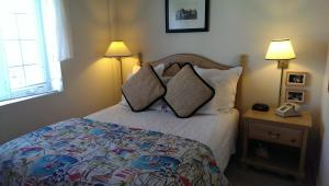 A bed or beds in a room at Montauk Manor