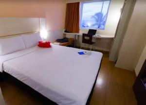 A bed or beds in a room at ibis Joao Pessoa