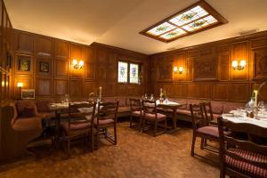A restaurant or other place to eat at Hotel und Weinhaus Zum Krug