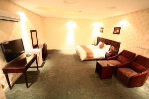 Uma área de estar em Rest Night Hotel Suites- AL Falah