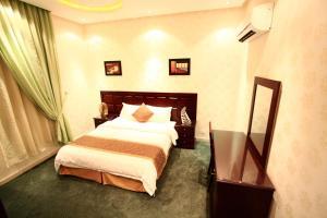 Cama ou camas em um quarto em Rest Night Hotel Suites- AL Falah