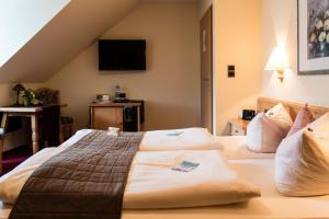 A bed or beds in a room at AKZENT Hotel Am Bach