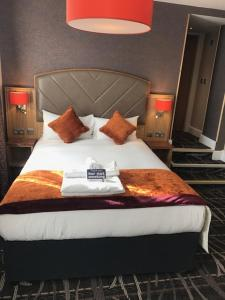 A bed or beds in a room at The Crown Hotel Wetherspoon