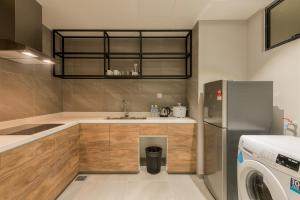 A kitchen or kitchenette at Jinhold Hotel & Serviced Apartment