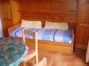 A bed or beds in a room at Les Bastidons rez jardin No 2