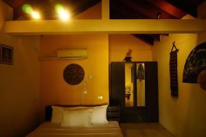 Een bed of bedden in een kamer bij Moonhut Bungalows