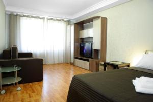 Телевизор и/или развлекательный центр в Apartment on Elninskay 18