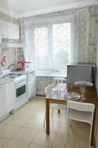 Кухня или мини-кухня в Apartment on Elninskay 18