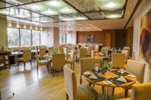 A restaurant or other place to eat at Grand Bittar Hotel