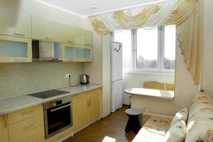 Кухня или мини-кухня в Apartment on Filevsky Park