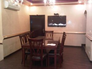 Uma TV ou centro de entretenimento em Durat Al Matar Apartment