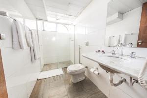 Um banheiro em Phenícia Bittar Hotel