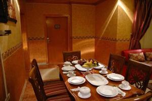 Um restaurante ou outro lugar para comer em Qasr Al Balood Hotel Apartments Jeddah
